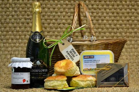 What Factors To Take Into Account While Choosing A Hamper? Find Out Here